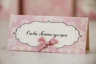 Winietki na stół weselny, ślub - Ornament nr 1 - Pudrowy róż na perłowym papierze, z kokardką