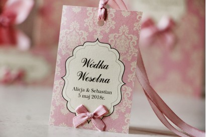 Zawieszka na butelkę, wódka weselna, ślub - Ornament nr 1 - Pudrowy róż, papier perłowy z kokardką