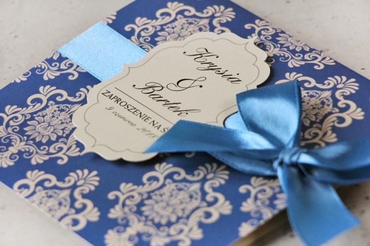 Zaproszenie ślubne perłowe z kokardką- Ornament nr 2 - Intensywnie chabrowy wzór na eleganckim papierze perłowym
