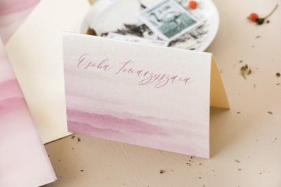 Winietki ślubne, wizytówki z personalizacją na stół weselny na perłowym papierze z akwarelową grafiką w kolorze delikatnego różu