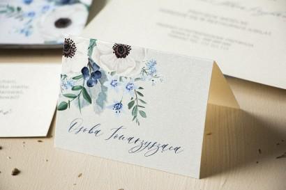 Winietki ślubne, wizytówki z personalizacją na stół weselny na perłowym papierze z białymi zawilcami