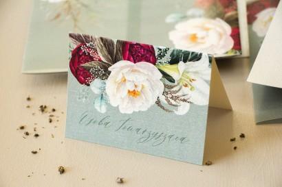 Winietki ślubne, wizytówki z personalizacją na stół weselny na perłowym papierze w stylu boho z burgundowymi piwoniami