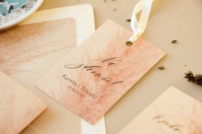 Zawieszki na butelki weselne na perłowym papierze z motywem trawy pampasowej