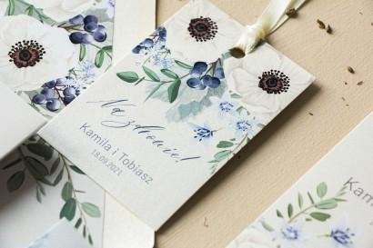 Zawieszki na butelki weselne na perłowym papierze z białymi zawilcami