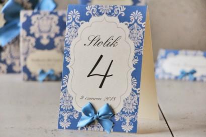 Numery stolików, stół weselny, ślub - Ornament nr 2 - Chabrowe z ornamentami i kokardką