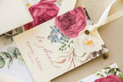 Zawieszki na butelki weselne na perłowym papierze z piwoniami w kompozycji z eukaliptusem i niebieską ostróżką