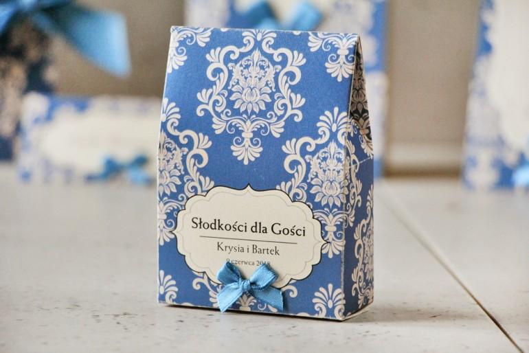 Pudełeczko stojące na cukierki, podziękowania dla Gości weselnych - Ornament nr 2 - Chabrowo-kremowe eleganckie z kokardką