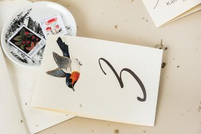 Numery stolików weselnych na perłowym papierze z grafiką ptaków w stylu vintage