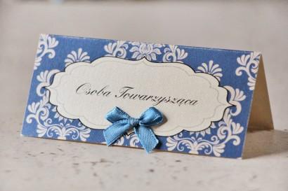 Winietki na stół weselny, ślub - Ornament nr 2 - Chabrowe z ornamentami, papier perłowy z kokardką