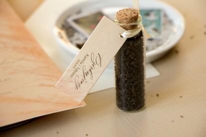 Podziękowania dla Gości w postaci buteleczek z herbatą, przywieszka na perłowym papierze z motywem trawy pampasowej