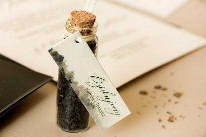 Podziękowania dla Gości w postaci buteleczek z herbatą, przywieszka na perłowym papierze z leśną grafiką