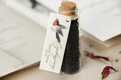 Podziękowania dla Gości w postaci buteleczek z herbatą, przywieszka na perłowym papierze z grafiką ptaków w stylu vintage