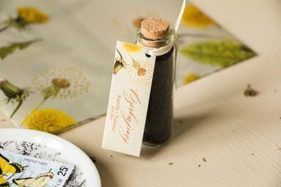 Podziękowania dla Gości w postaci buteleczek z herbatą, przywieszka na perłowym papierze z motywem dmuchawca i mleczów