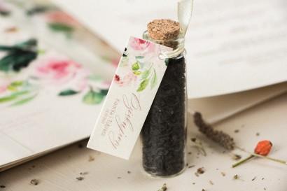 Podziękowania dla Gości w postaci buteleczek z herbatą, przywieszka na perłowym papierze z piwonią w kremowych barwach