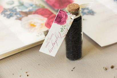 Podziękowania dla Gości w postaci buteleczek z herbatą, przywieszka na perłowym papierze z piwoniami