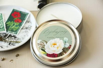 Świeczki Ślubne orkągłe jako prezenty dla Gości. Etykieta w stylu boho z burgundowymi piwoniami