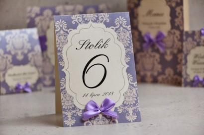 Numery stolików, stół weselny, ślub - Ornament nr 3  - Liliowe z ornamentami, kokardka, papier perłowy