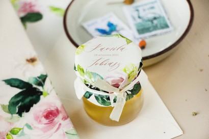 Miody Ślubne - podziękowania dla gości weselnych. Kapturek z piwonią w kremowych barwach z dodatkiem pastelowego różu i bieli