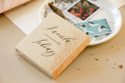 Słodkie Prezenty dla gości weselnych w postaci mlecznej czekoladki, owijka z motywem trawy pampasowej