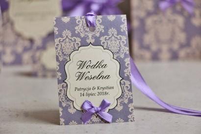 Zawieszka na butelkę, wódka weselna, ślub - Ornament nr 3 - Liliowo-perłowy wzór z kokardką, eleganckie dodatki