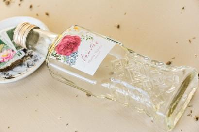 Ślubne Butelki na nalewki, prezenty dla Gości. Etykieta z piwoniami w kompozycji z eukaliptusem i niebieską ostróżką