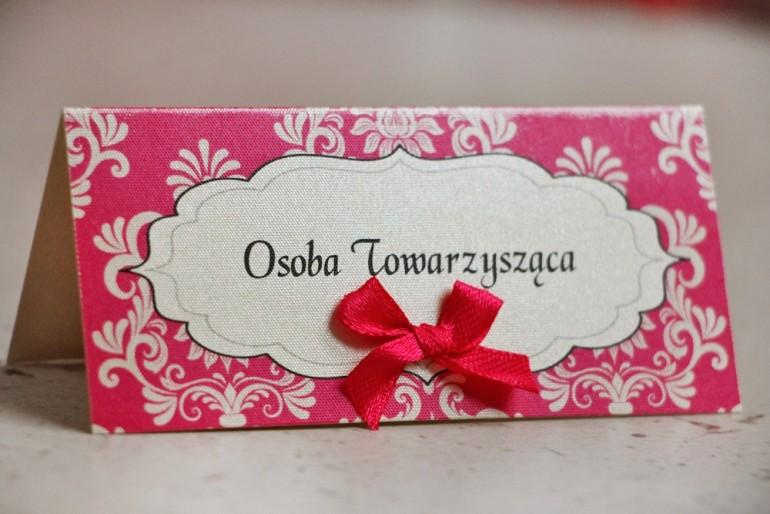 Winietki na stół weselny, ślub - Ornament nr 5 - amarantowe na papierze perłowym z kokardką