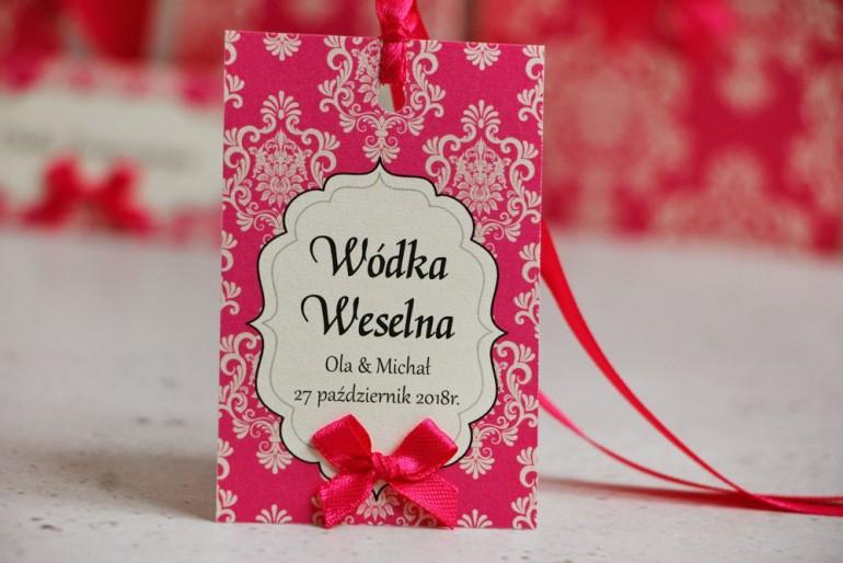 Zawieszka na butelkę, wódka weselna, ślub - Ornament nr 5 - Amarantowe z kokardką, eleganckie dodatki ślubne, weselne