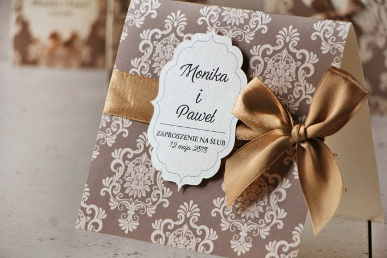 Zaproszenie ślubne perłowe z kokardką- Ornament nr 6 - Delikatny brąz z kremowymi ornamentami