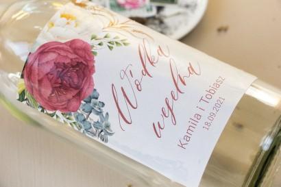 Ślubne Etykiety samoprzylepne na butelki weselne z piwoniami w kompozycji z eukaliptusem i niebieską ostróżką