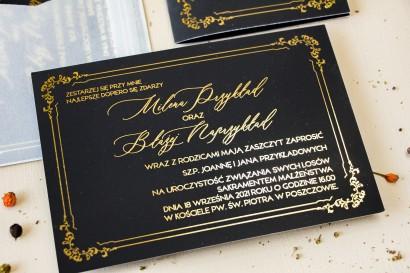 Czarne zaproszenia ślubne ze złotym tekstem. Klasyczne zaproszenia ślubne ze złotą ramką i przezroczystą kopertą