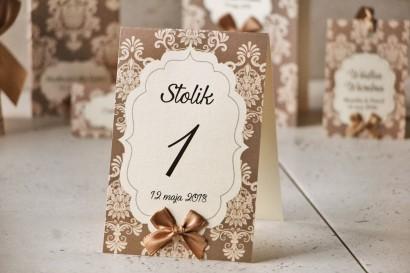 Numery stolików, stół weselny, ślub - Ornament nr 6 - Brązowe z ornamentami i kokardką, papier perłowy
