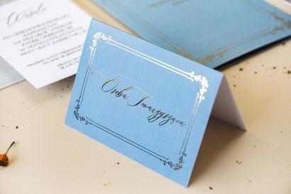 Winietki Ślubne w stylu Glamour w kolorze dusty blue z kaligrafinczą, złotą czcionką - Amelia-Wedding.pl