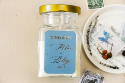 Świeczki - prezenty dla gości weselnych w stylu Glamour. Etykieta w kolorze dusty blue z kaligrafinczą, złotą czcionką.