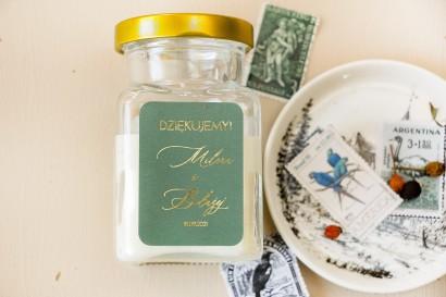 Świeczki - prezenty dla gości weselnych w stylu Glamour. Etykieta z przewagą zieleni oraz złotą ramką