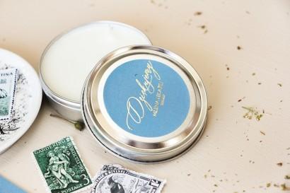 Okrągłe Świeczki - podziękowania dla gości weselnych w stylu Glamour. Etykieta w kolorze dusty blue