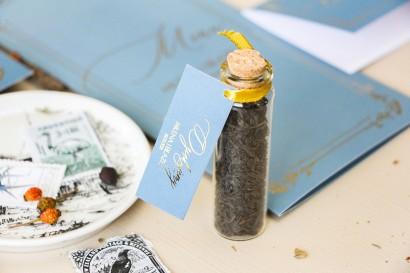 Prezenty dla Gości w postaci buteleczek z herbatą. Przywieszka w stylu Glamour w kolorze dusty blue
