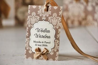 Zawieszka na butelkę, wódka weselna, ślub - Ornament nr 6 - Brązowo-kremowe z ornamentami i kokardką, eleganckie dodatki weselne