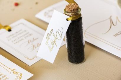 Prezenty dla Gości w postaci buteleczek z herbatą. Minimalistyczna Przywieszka w białym kolorze ze złoceniami