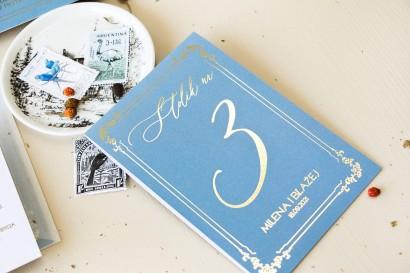 Numery stolików ślubnych w stylu Glamour w kolorze dusty blue z kaligrafinczą, złotą czcionką