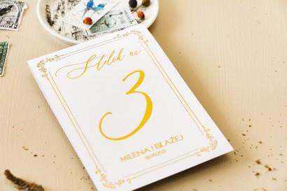 Numery stolików ślubnych w białym kolorze ze złoceniami