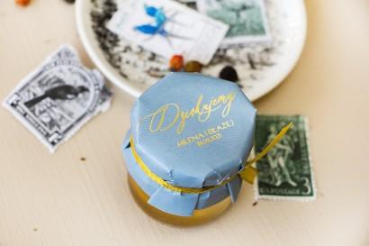 Miody Ślubne - słodkie podziękowanie dla gości weselnych. Kapturek w stylu Glamour w kolorze dusty blue
