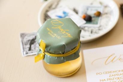 Miody Ślubne - słodkie podziękowanie dla gości weselnych. Kapturek ślubne z przewagą zieleni oraz złotą ramką