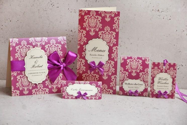 Zaproszenie ślubne z dodatkami - Ornament nr 7 - W fiolecie na papierze perłowym z kremowymi ornamentami i kokardą