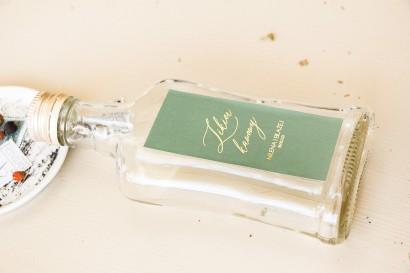 Ślubne Butelki na nalewki, prezenty dla Gości. Etykieta z przewagą zieleni oraz złotą ramką