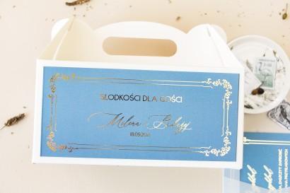 Pudełko na Ciasto weselne (prostokątne) ze złoceniem w kolorze dusty blue z kaligrafinczą, złotą czcionką