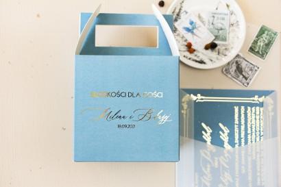 Pudełko na Ciasto weselne (kwadratowe) ze złoceniem w kolorze dusty blue z kaligrafinczą, złotą czcionką.