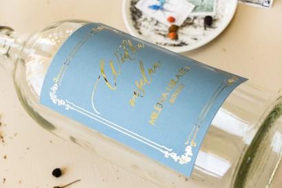 Etykiety samoprzylepne na butelki weselne na alkohol w kolorze dusty blue z kaligrafinczą, złotą czcionką