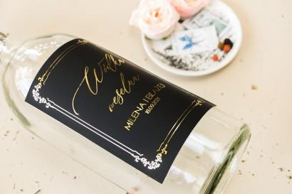 Czarne Etykiety samoprzylepne na butelki weselne na alkohol w stylu glamour ze złotym tekstem oraz złotą ramką