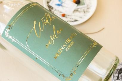 Etykiety samoprzylepne na butelki weselne na alkohol z przewagą zieleni oraz złotą ramką