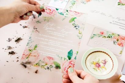 Zaproszenia ślubne na szkle z piwonią. Pastelowe zaproszenia ślubne zainspirowane kwiatowym motywem